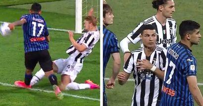 Romero colpisce de Ligt e Ronaldo: l'arbitro non lo punisce ma gli episodi sono evidenti