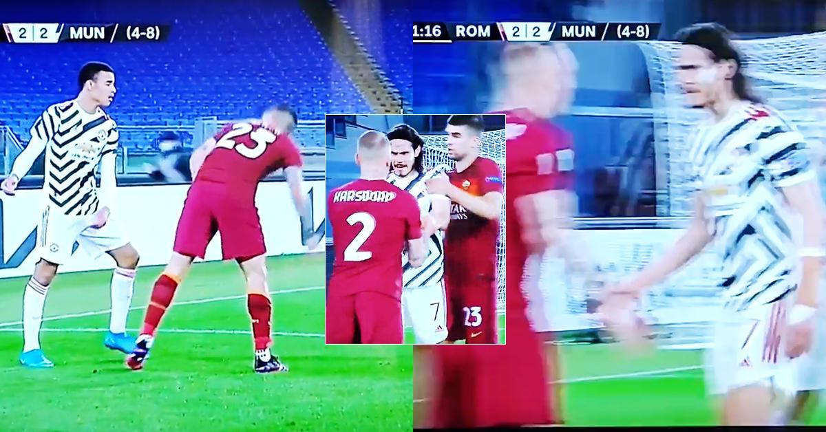 Edinson Cavani tente de s'interposer devant deux joueurs romains après les avoir remarqués en train de se friter avec le jeune Man United
