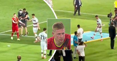 Pris par la caméra: Cristiano en colère donne un coup de pied au brassard de capitaine après une conversation avec De Bruyne