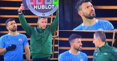 Agüero parece sorprendido cuando el árbitro muestra un número equivocado para su sustitución; inmediatamente se lo dice
