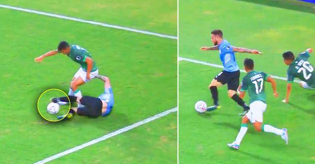 Un giocatore dell'Uruguay stupisce tutti con una giocata che il difensore non si aspettava minimamente