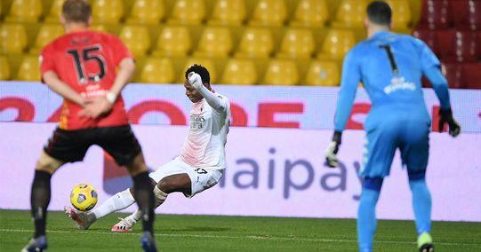 Cammina, è irritante, ma fa dei gol incredibili: Leao decide Benevento-Milan con un capolavoro