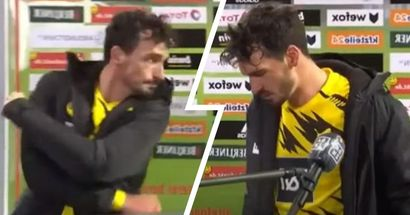 Mats Hummels frappe le panneau publicitaire des interviews avec colère après la défaite du Borussia Dortmund