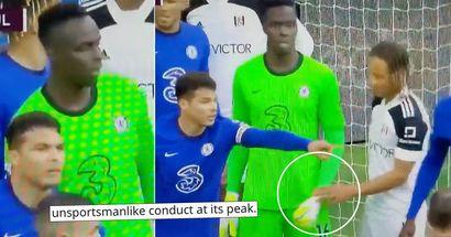 Sporchi trucchi. Il difensore ripreso dalla telecamera usa tattiche uniche per distrarre Edouard Mendy del Chelsea