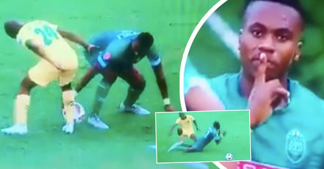 """Follia calcistica in Africa: il giocatore """"dribbla"""" l'avversario con le mani, guadagna un rigore e balla come un uccellino"""