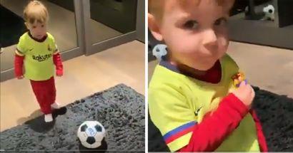 Die süßeste Kleinigkeit des Tages: Jordi Albas Sohn trifft und küsst das Wappen von Barça