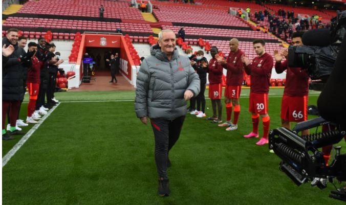 Вейналдума проводили из «Ливерпуля» коридором почета – клуб не продлил с ним контракт. Теперь голландца ждут в «Барселоне»