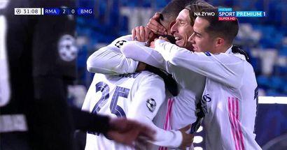 Saludado por todos: los compañeros de equipo corren para felicitar a Rodrygo por su increíble asistencia en el segundo de Benzema vs Gladbach